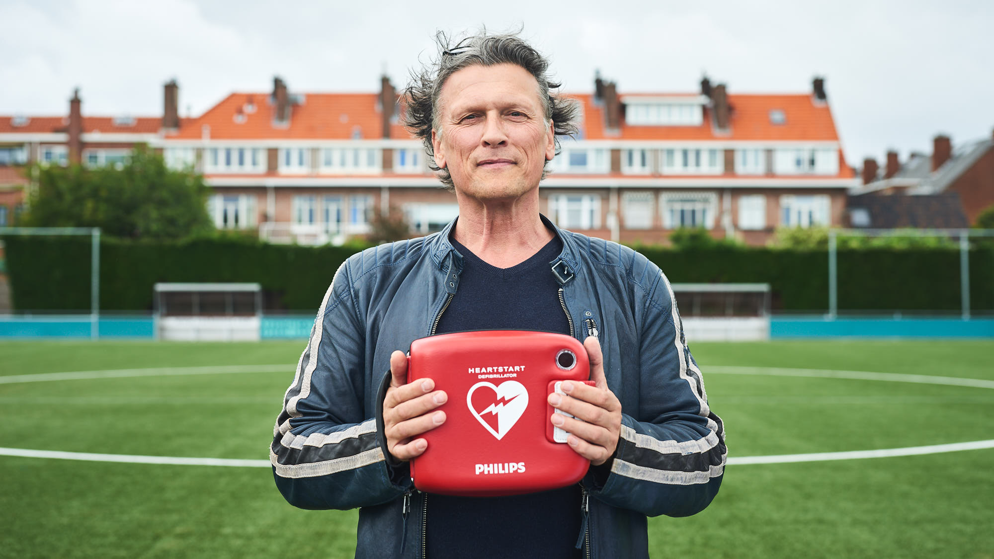 Bas Westerweel holding an AED