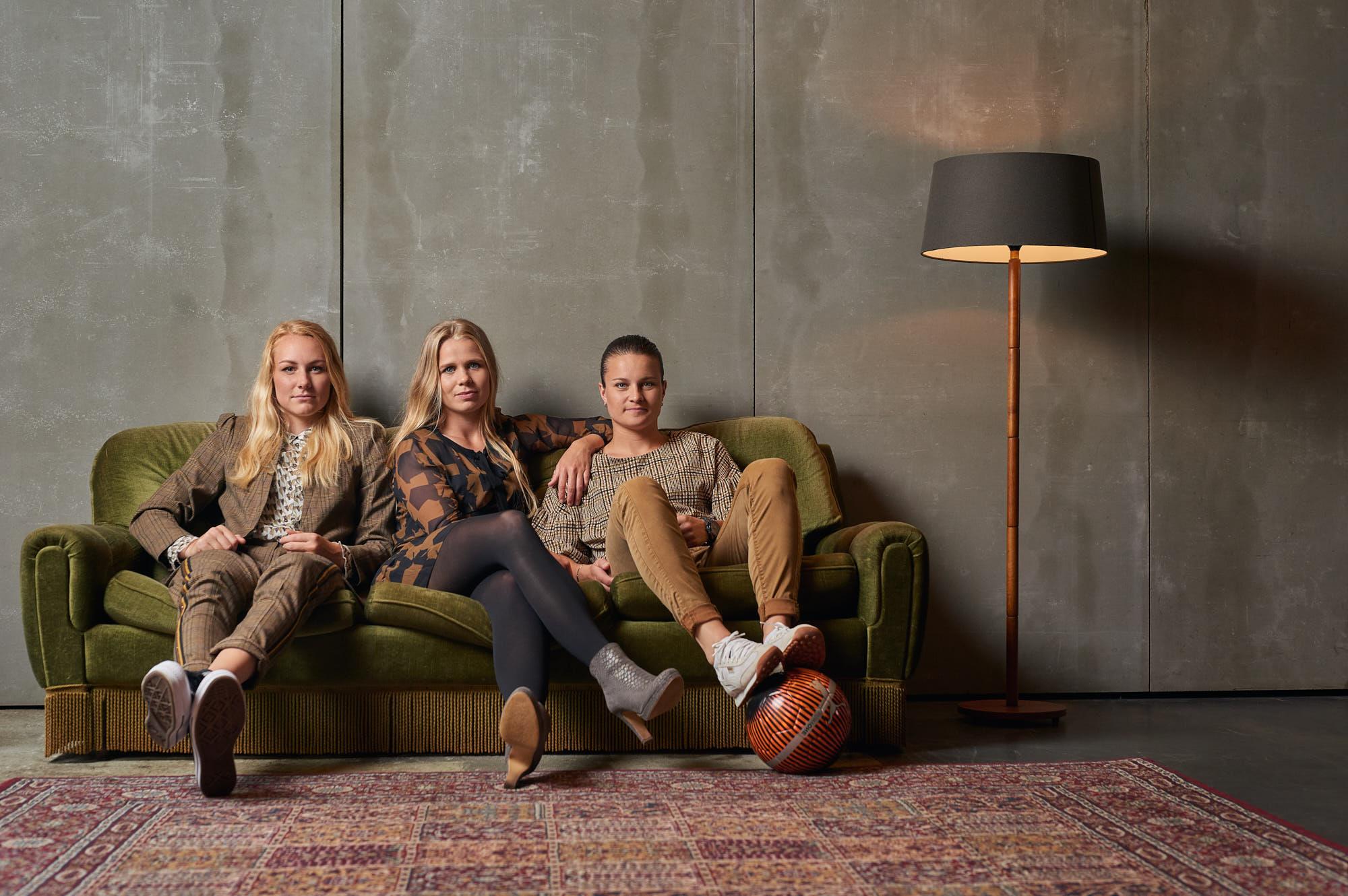 Group photo of football players Kika van Es, Sherida Spitse and Danique Kerkdijk