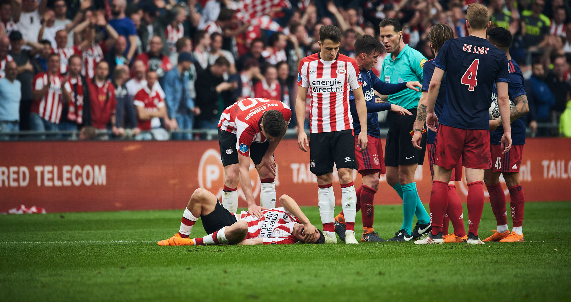 Hirving Lozano injured on the ground in the PSV Eindhoven Philips Stadium