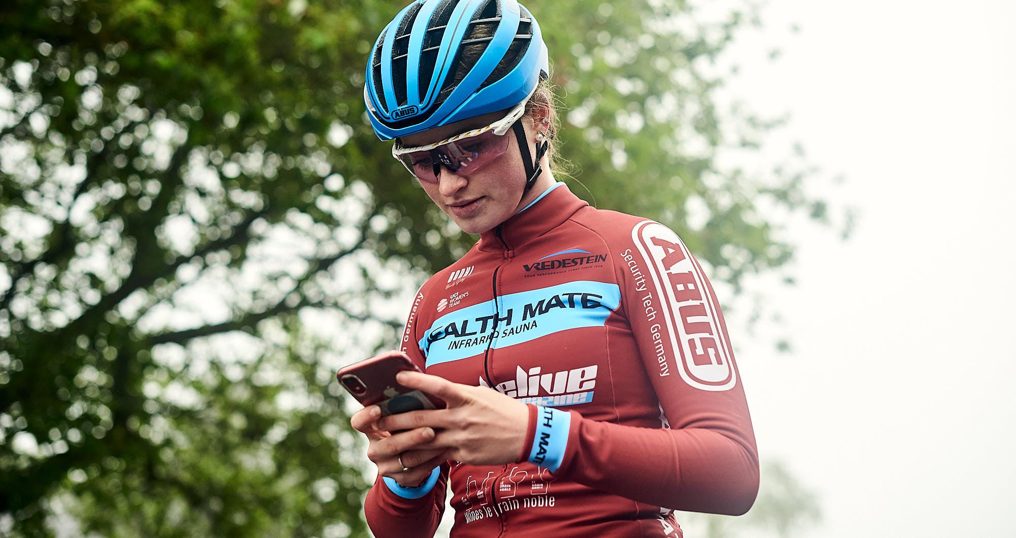 Elodie Kuijper setting her phone for training