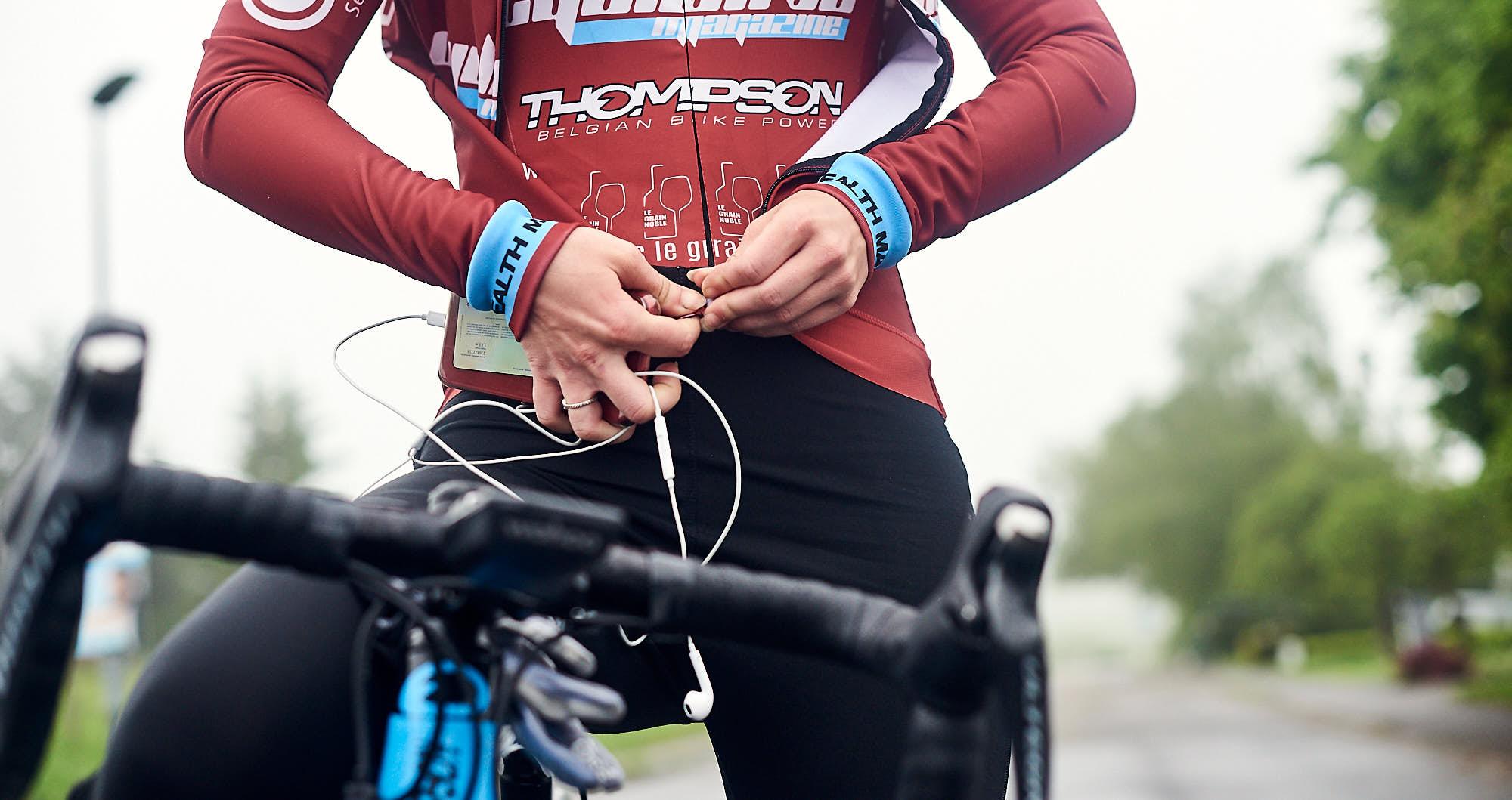 Elodie Kuijper zipping her cycling jacket