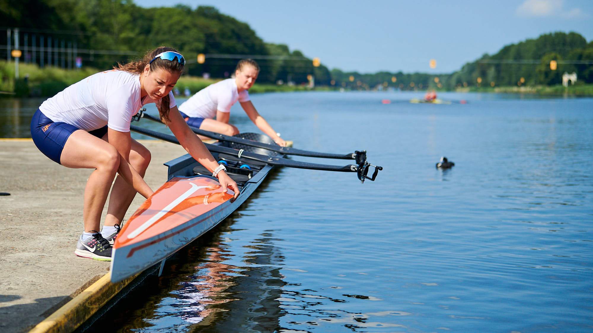 Ilse Paulis and Marieke Keijser lowering their boat in the water