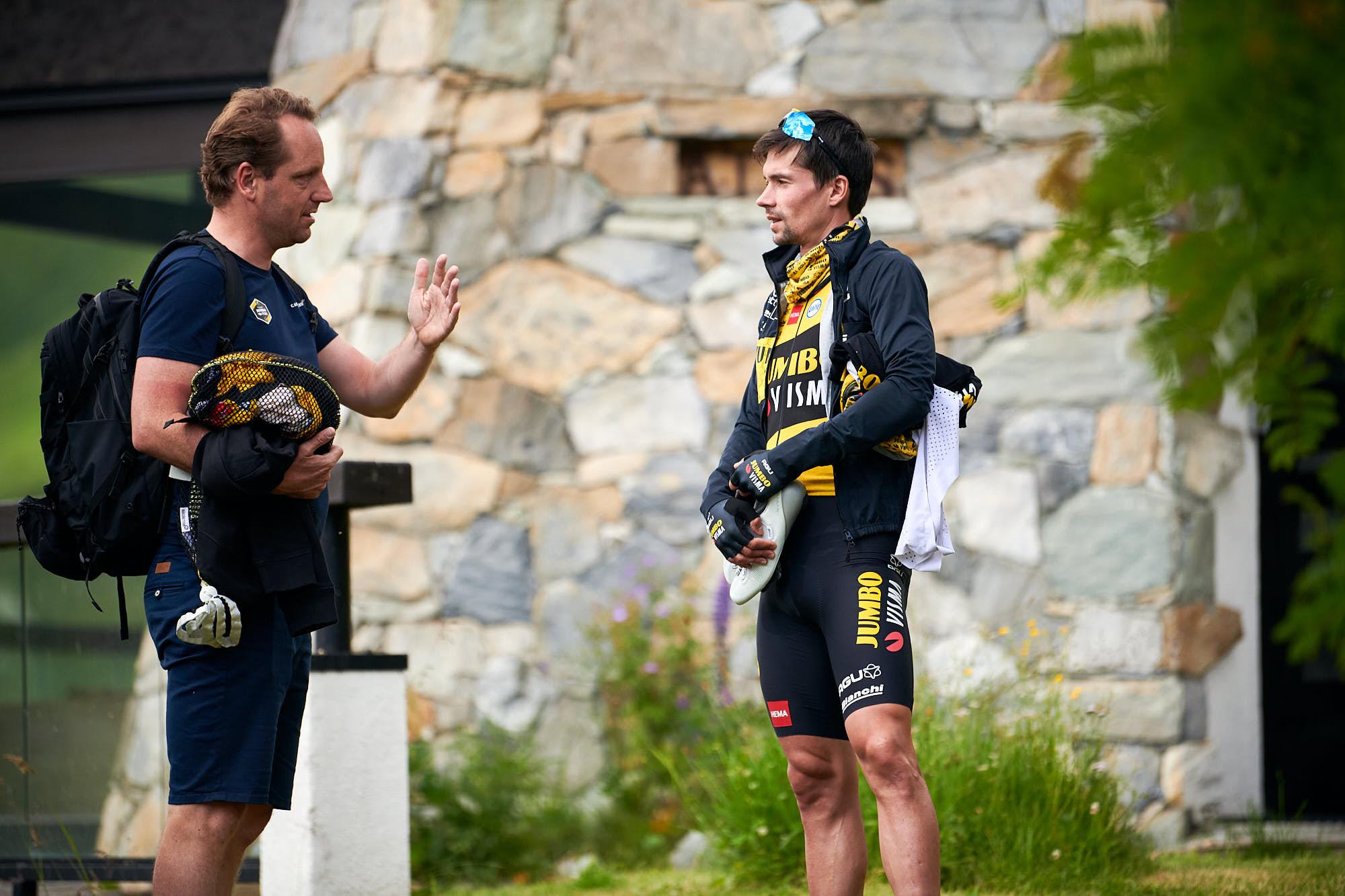 Primoz Roglic and Merijn Zeeman talking before training